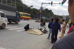 Xe máy va chạm ô tô khách, một người tử vong trên đường Lê Trọng Tấn