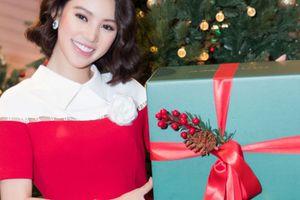 Hoa Hậu Jolie Nguyễn hóa 'bà già Noel', tự tay làm quà tặng trẻ em
