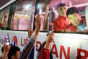 Ảnh, clip: Người hâm mộ hò hét, vây kín xe đội tuyển Việt Nam