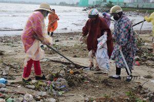 Đà Nẵng: Gần 1000 người ra quân tổng vệ sinh bãi biển Nguyễn Tất Thành sau đợt mưa lớn