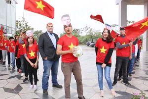Sinh viên bất chấp mưa rét làm clip cổ vũ đội tuyển Việt Nam