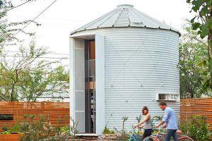 Vợ chồng trẻ biến kho thóc thành ngôi nhà hai tầng tuyệt đẹp