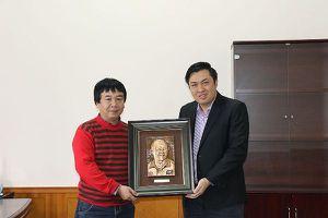 CĐV Việt Nam tại Nga tặng HLV Park Hang-seo quà đặc biệt