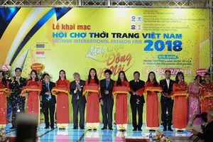 Nhà thiết kế Đỗ Trịnh Hoài Nam mở màn VIFF 2018 với BST 'Sắc màu phương Đông'