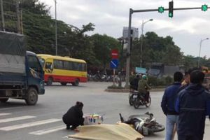 Hà Nội: Nam thanh niên bị xe khách cán tử vong khi dừng đèn đỏ