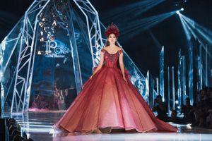 Hoa hậu Trần Tiểu Vy tự tin làm vedette trình diễn thời trang