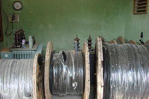 Thuê xe cẩu trộm cáp điện trị giá gần 270 triệu đồng ngay cổng UBND
