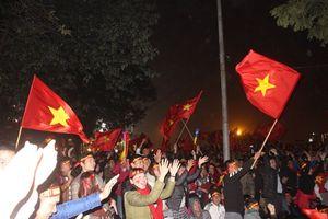 Hình ảnh CĐV xem chung kết ở Hồ Gươm và Mỹ Đình ăn mừng bàn thắng