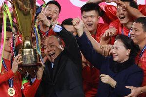 Thủ tướng, Chủ tịch Quốc hội xuống sân mừng ĐT Việt Nam chiến thắng