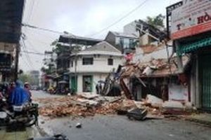 Ngôi nhà hai tầng sập đổ trong đêm khuya