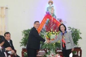 Đồng chí Trương Thị Mai chúc mừng Giáng sinh Giáo phận Bùi Chu