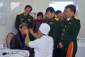 Bệnh viện Quân y 5 khám bệnh, cấp thuốc miễn phí tại Hà Nam