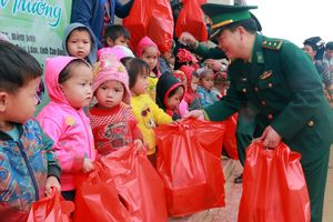 Tặng quà đồng bào và học sinh nghèo khu vực biên giới tỉnh Cao Bằng