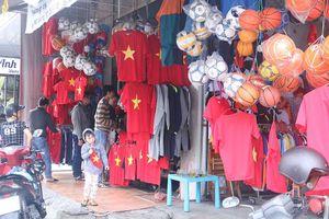 Cổ động viên Đà Nẵng tấp nập xuống phố mua đồ cổ vũ tuyển Việt Nam