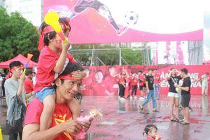 Người hâm mộ đổ về phố đi bộ Nguyễn Huệ chờ trận chung kết AFF Cup
