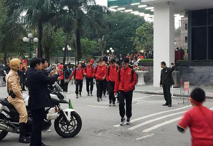 Cảnh sát dẫn đường cho tuyển Việt Nam tới 'chảo lửa' Mỹ Đình