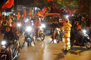 Công an Hà Nội trắng đêm chống đua xe, gây rối sau khi vô địch AFF