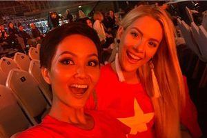 H'Hen Niê và Hoa hậu Mỹ mặc áo cờ đỏ sao vàng ủng hộ AFF Cup 2018