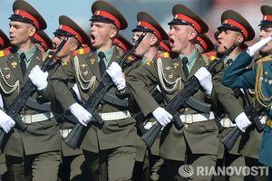 Cựu Đại sứ Mỹ: Washington muốn dùng kinh tế để 'dìm' quân đội Nga?