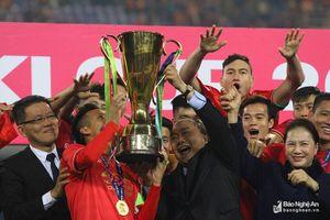 Hình ảnh đội tuyển Việt Nam nâng Cúp vô địch