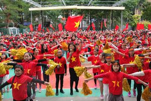 Clip hot (15/12): Học sinh 'bão' tại sân trường cổ vũ ĐT Việt Nam, thích thú với màn 'song kiếm hợp bích' của Chi Pu và Quỳnh Anh Shyn