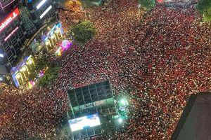 Ảnh chụp từ trên cao cho thấy 'biển' người quá ấn tượng trên phố đi bộ Nguyễn Huệ, một lòng cổ vũ cho ĐT Việt Nam
