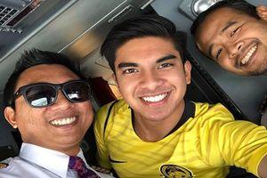 Bộ trưởng điển trai 26 tuổi của Malaysia đăng ảnh trên máy bay tới Việt Nam cổ vũ trận chung kết