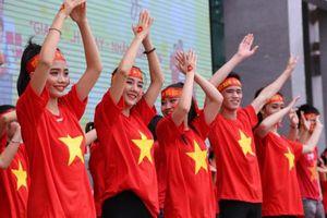 Sinh viên 'không mang giày cao gót' khi xem tập thể trận Việt Nam- Malaysia