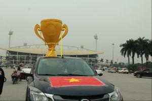Chiếc Cup vàng khổng lồ bất ngờ xuất hiện trước sân vận động Mỹ Đình