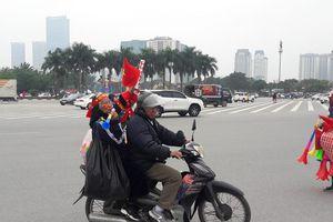 Clip: Cụ bà 80 tuổi 'quẩy' hết mình cổ vũ cho đội tuyển Việt Nam