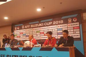Huấn luyện viên Park Hang-seo bất ngờ được 'tắm sâm panh' tại phòng họp báo