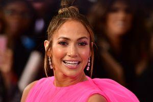 Jennifer Lopez nữ tính, Victoria Beckham mặc phá cách tuần qua