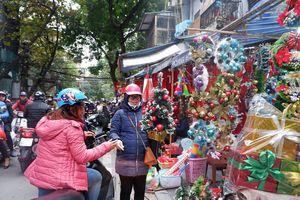 Nhộn nhịp chợ đồ Giáng sinh tại phố Hàng Mã