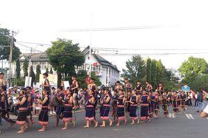 Đa sắc màu văn hóa dân tộc tại Lễ hội đường phố ở Kon Tum