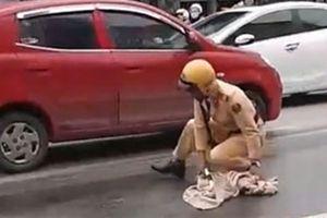 CSGT lau vết dầu loang trên đường: Bất ngờ tâm sự
