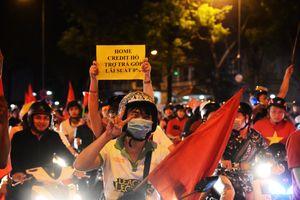 Việt Nam vô địch AFF Cup: Triệu người sau một đêm trắng ăn mừng trên đường phố