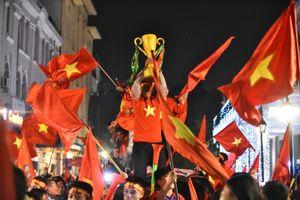 Hà Nội đêm rợp bóng cờ mừng Việt Nam vô địch AFF Cup