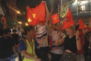 Khách nước ngoài ăn mừng cùng người hâm mộ Sài Gòn
