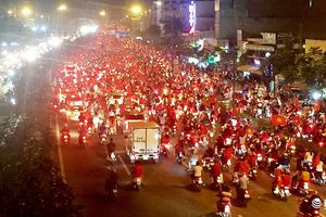 Người dân TP.HCM trắng đêm 'đi bão' mừng chức vô địch AFF Cup