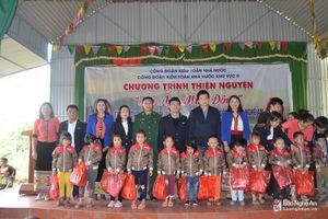Ấm lòng những món quà cho học sinh nghèo vùng cao