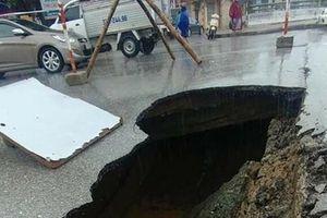 Lún sập mặt cầu Bưu Điện không phải do mưa lớn