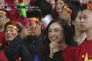 Những fan girl xinh đẹp lọt ống kính truyền hình trong chung kết AFF Cup