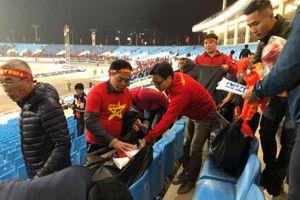 Phó thủ tướng Vũ Đức Đam tham gia dọn rác khán đài B sau trận chung kết AFF Cup