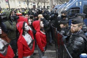 Nước Pháp tiếp tục rung chuyển vì bạo loạn và biểu tình ngực trần