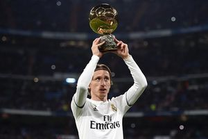 Luka Modric lần đầu 'khoe' bóng vàng trước CĐV Real