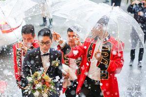 Chú rể Hải Phòng lái ôtô vào hội trường, mời Tuấn Hưng hát đám cưới