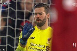 Thủ thành 65 triệu bảng của Liverpool bị chế giễu sau sai lầm trận MU