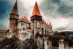 Phát hiện hầm tra tấn, hình nhân kinh dị dưới lâu đài Dracula