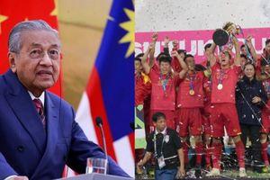 Thủ tướng Malaysia an ủi cầu thủ đội nhà sau khi thua Việt Nam