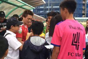Đông đảo người hâm mộ kéo đến xem Nguyễn Tuấn Anh tập luyện